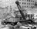 Author's Photo Collection A Lorain 820 shovel with a 2 cu. yd. (1.5 cu m) dipper loads a for-hire Sterling single axle chaindrive dump truck with blasted rock. A 10 ton (9 t) Euclid end dump on a demonstration is waiting to be loaded.