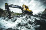 The Volvo excavator is used all year round and in all conditions to preserve the glacier highway and keep the road open.