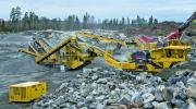 The detachable motor/generator module of the Keestrack H6e crusher (in the background) guarantees a lower load on the drive through dust and vibrations. This solution is now also available as an option for the Keestrack B4e large jaw crusher (right).