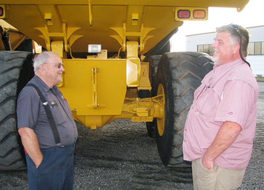 Discussing the machines in the sale lineup are Jerre Martin (L) of Jerre Martin Repair, Ephrata, Pa., and Brent Beverly of BTM Machinery, Mt. Pleasant, S.C.