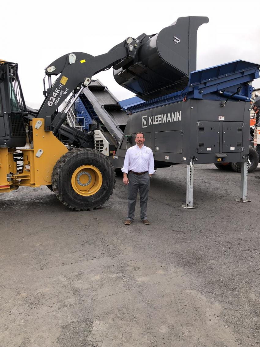 Thomas Jordan stands with the MOBISCREEN MS 703i EVO, a portable triple-deck machine.