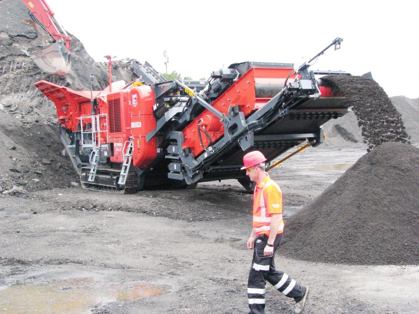 The demonstration of the I-120RS showed the improved material flow and production capabilities of this newest generation of Finlay impact crushers.