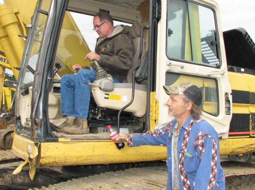 Mark Emfinger (L) and Michael Browning of Tech Contractors, Winnsboro, La., test-operate a Cat 320BL.