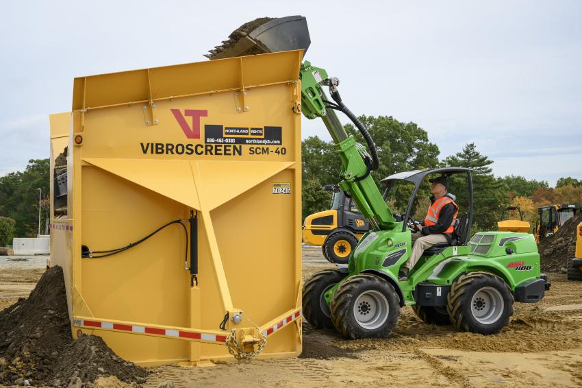 An Avant 860 loader is used with the JCB vibroscreen SCM-40.