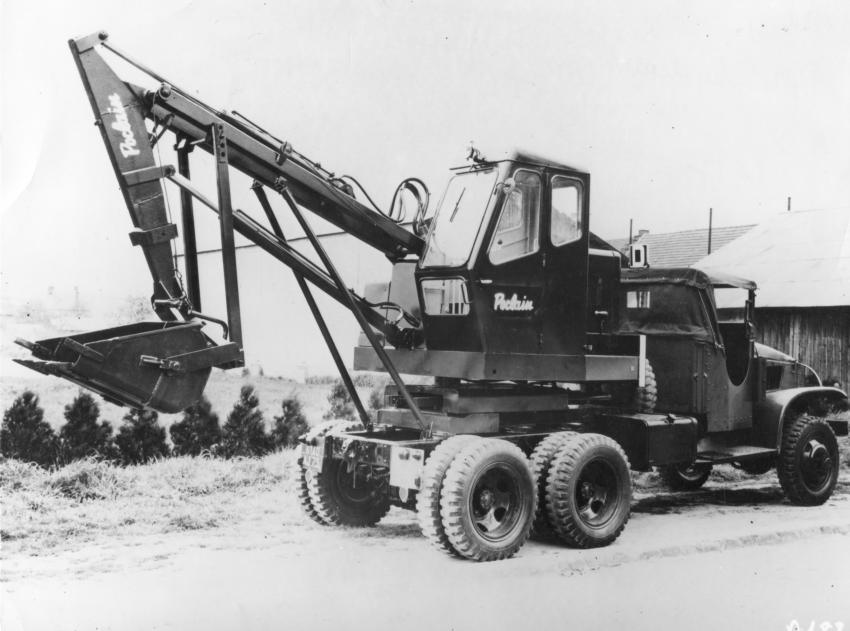 The Poclain TL, introduced in 1957, is set up as a primitive hydraulic shovel with a latch-operated, gravity-dump bucket and a pantograph-operated bucket leveling system.