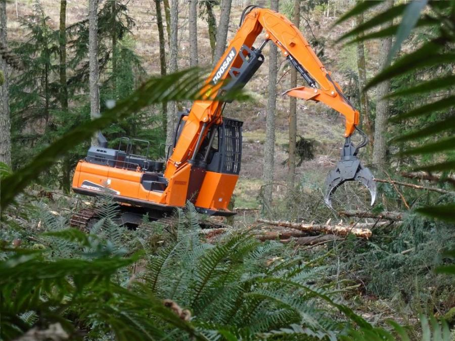 The DX300LL-5 log loader is equipped with a fully guarded, heavy-duty long undercarriage and upper structure designed specifically for forestry applications such as timber harvesting, skidding, forwarding and shovel logging.