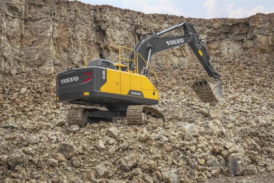 The 22-ton (20 t) Volvo EC220E is fitted with a top-range Tier IV Final Volvo D6 engine that meets strict emissions legislation across North America without compromising on power.