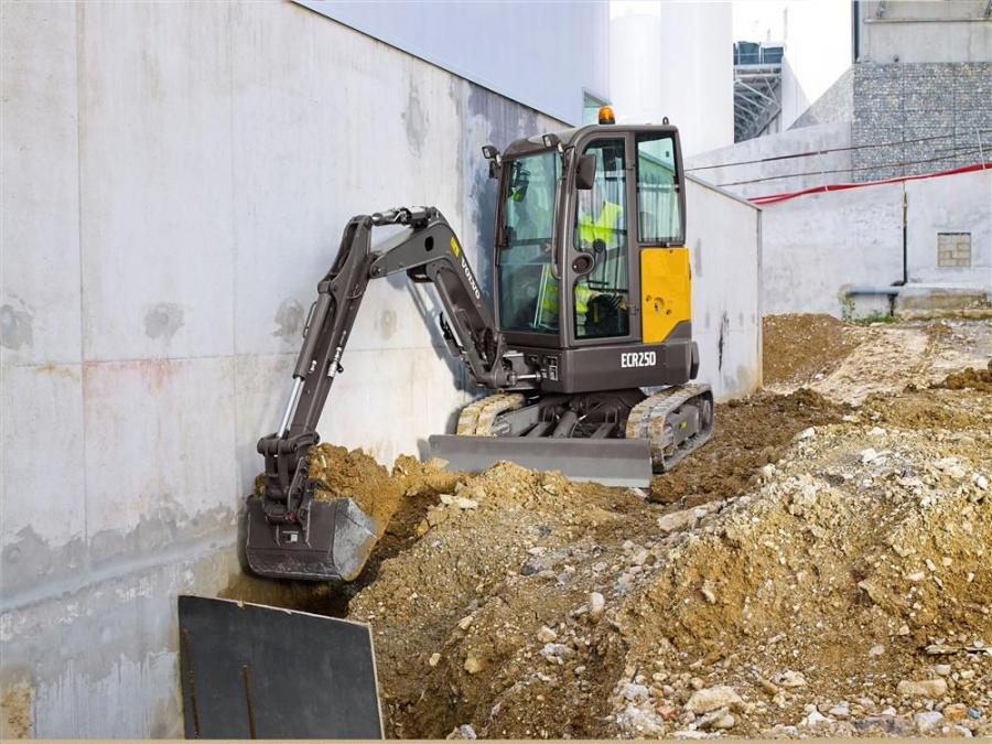 With a weight of 2.5 tons (2.2 t), the ECR25D achieves greater breakout and tearout forces (8,453 lbs. combined) than the 2.8-ton (2.5 t) ECR28 excavator it replaces.