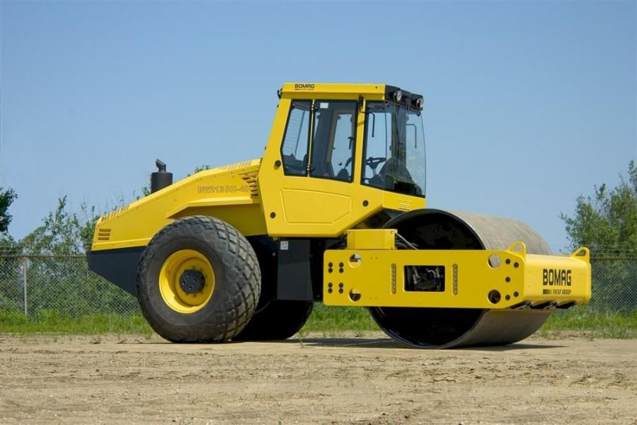 The BW213-40 Series includes the BW213DH-40 smooth drum roller and the BW213PDH-40 padfoot roller, both of which are powered by 160-hp (119 kW) Cummins diesel engines.