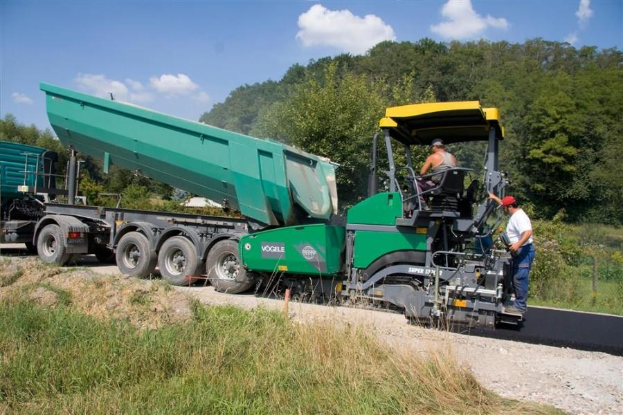 The Super 1300-2 paver is driven by a modern Deutz engine rated 100 hp (74.5 kW) at 2,000 rpm and achieves a maximum laydown rate of 390 tons (354 t) per hour.