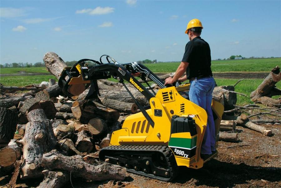The S800TX has an 840-lb. (381.1 kg) SAE-rated operating capacity with a 2,400-lb. (1,088.6 kg) tipping capacity.