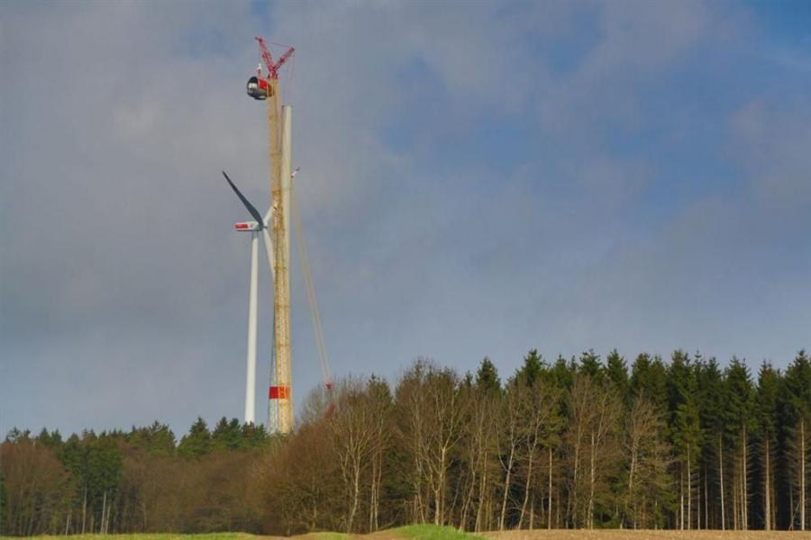 The Superlift 3800 crawler crane stands tall in the landscape.