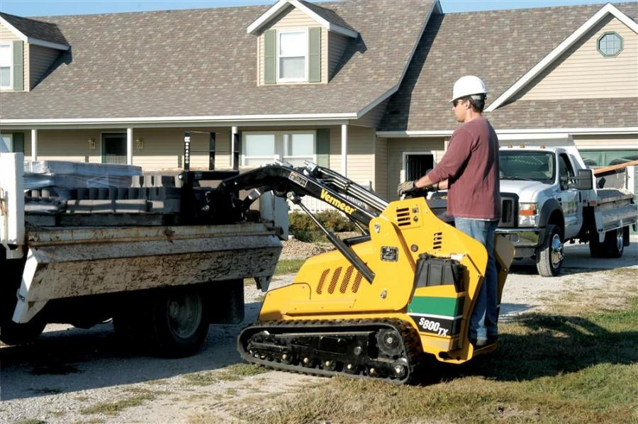 With a rated tip capacity of 2,400 lbs. (1,089 kg) and SAE operating capacity of 840 lbs. (381 kg), the new Vermeer S800TX mini skid steer can efficiently lift and transport a large load of material in and around confined spaces.