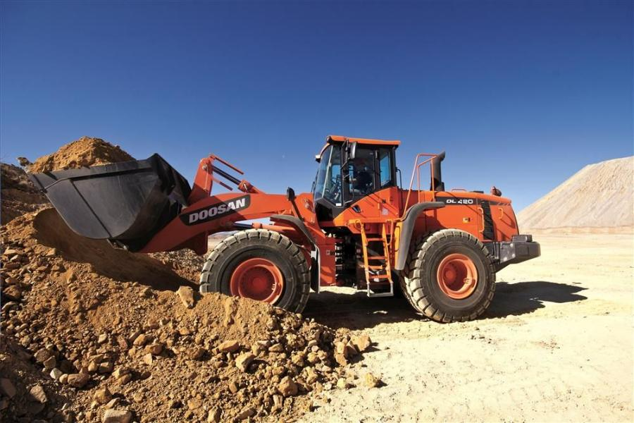 The Doosan DL420 wheel loader boasts a breakout force of 47,210 lbs., a full-turn tipping capacity of 35,310 lbs. (16,016 kg) and a rugged design built for a variety of material handling applications — such as quarries, mines, road work and site dev