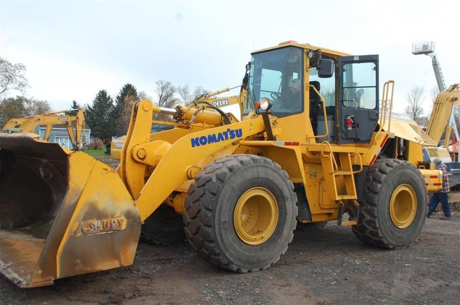 This Komatsu WA380 loader gets a solid workout just moments before the start of the sale.