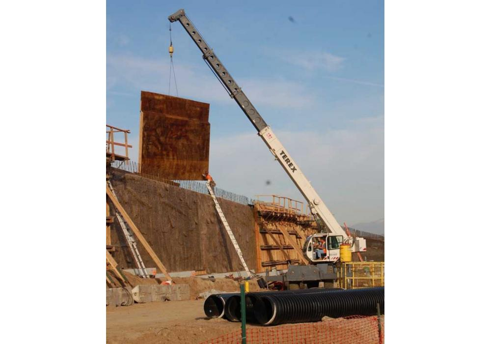 A Terex crane assists Brutoco Engineering and Construction with the $59.5 million SR 91 widening project.