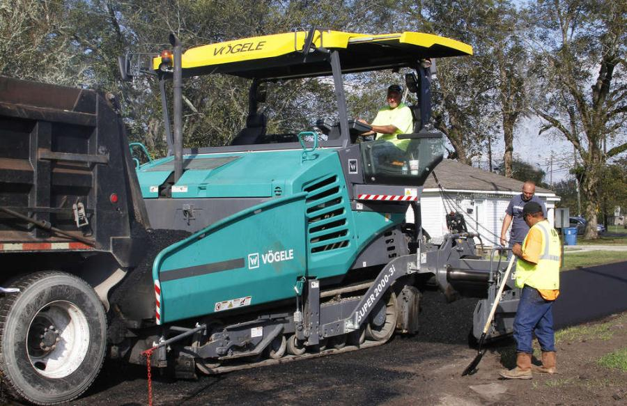 The Super 2000-3i features a basic width of 10 ft. (3 m) and a maximum paving width of 28 ft. (8.6 m). It has a top placement rate of 1,540 tph (1,400 t).