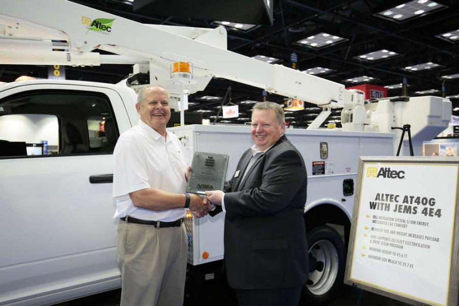 William Callis (L), senior account manager, telecommunications, Altec, receives the Green Award for the JEMS 4 Series Jobsite Energy Management System on behalf of Altec from Steve Carey, executive director, NTEA.