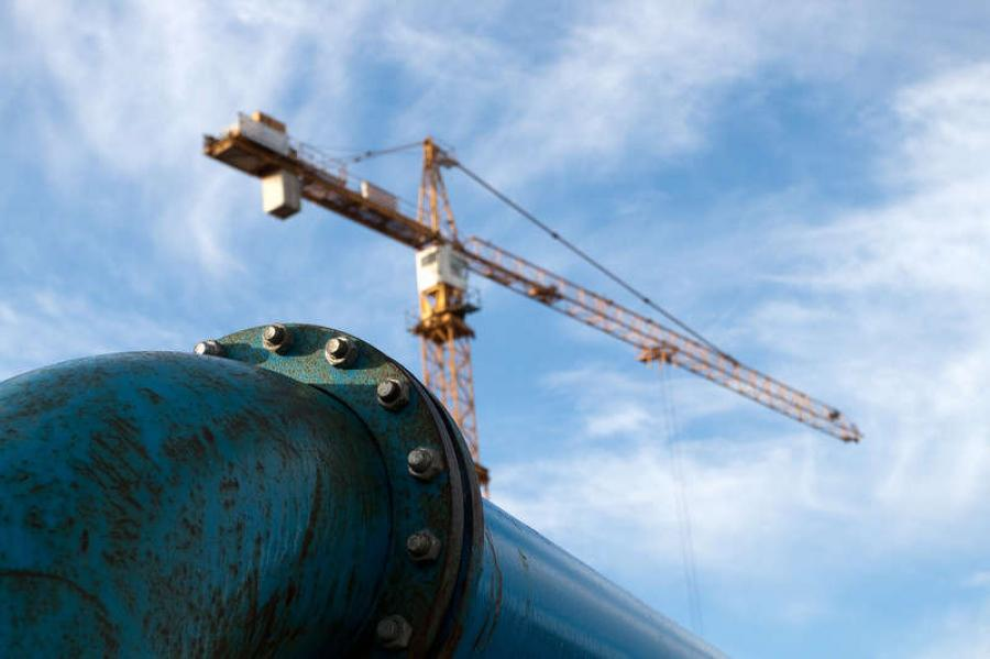 TransCanada Corp. and the Mexican unit of Sempra Energy on Monday won a contract to build a 500-mile offshore pipeline to carry natural gas from South Texas to northeastern Mexico.