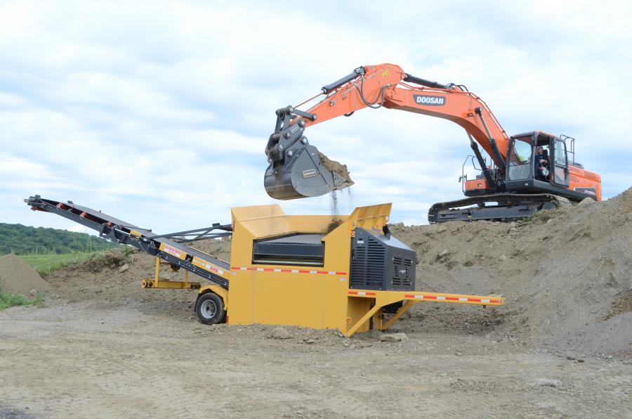 A Doosan DX350LC was screening soil using a VibroScreen SCM-40C.
