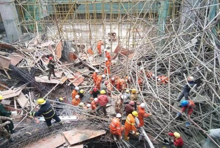 More than 60 people were working on the platform and another dozen were on the ground waiting to begin their shift when the platform collapsed. (Shanghai Daily photo)