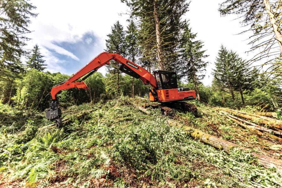 The DX380LL-5 log loader is designed for demanding logging applications. Weighing approximately 113,500 lbs. (51,482 kg), and powered by a Tier IV-compliant, 318-hp diesel engine, it is the first Doosan log loader in this size class.