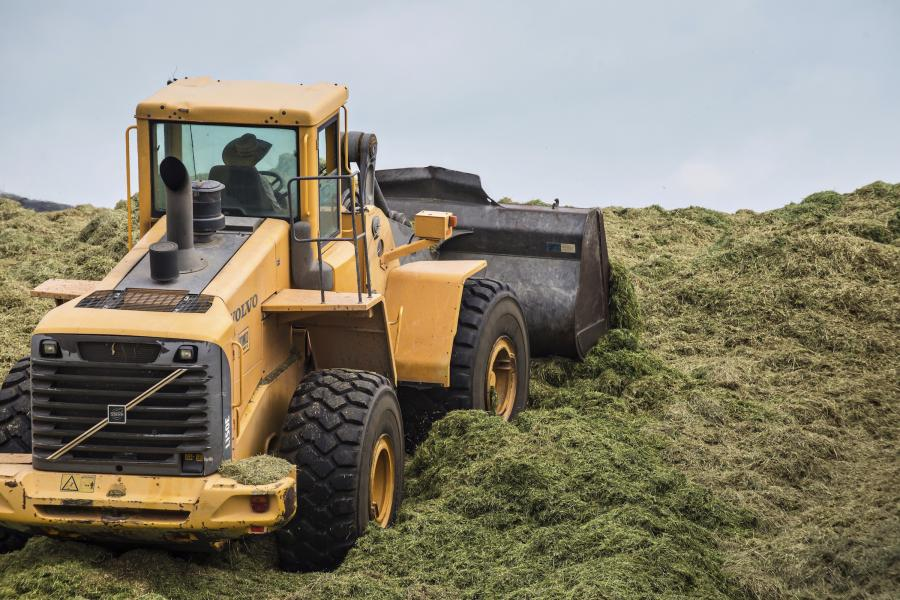 The intelligent load-sensing hydraulic system helps the operator better control both the Volvo L90F wheel loader and the load.
