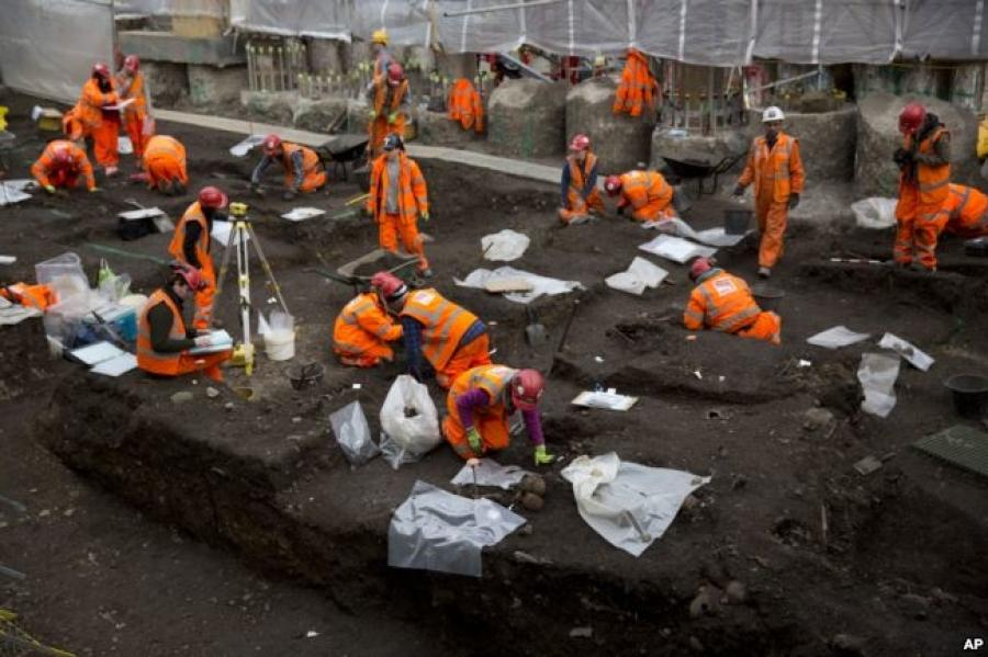 Archaeologists excavate the 16th and 17th century Bedlam burial ground uncovered by work on the new Crossrail train line next to Liverpool Street station in London, March 6, 2015.