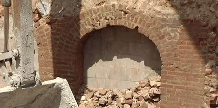 City officials say such arches are found beneath the ground of many buildings built before the 1930s.