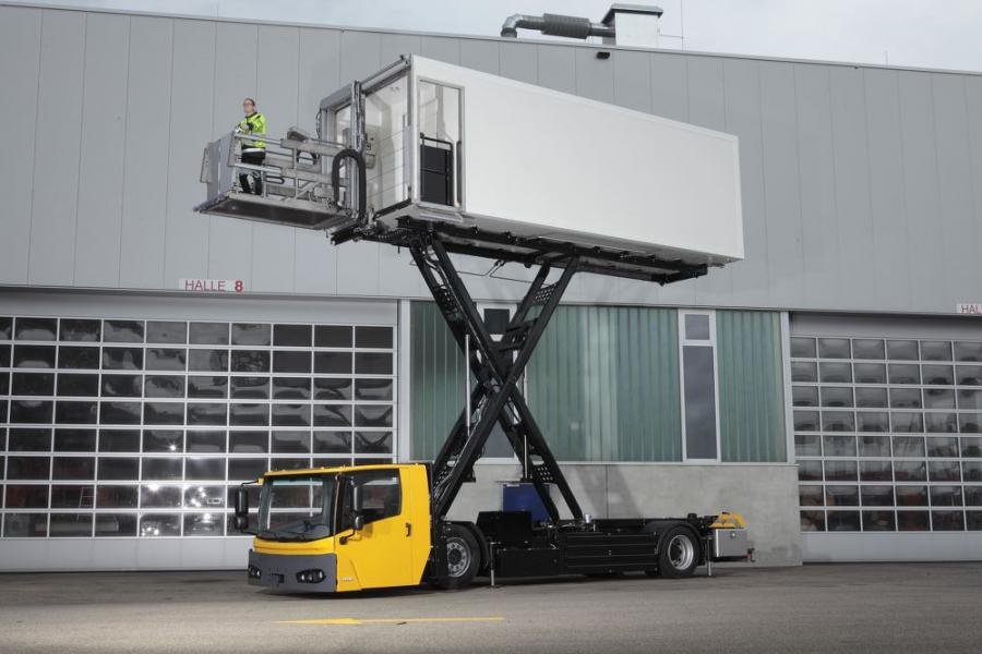 High reach: The KAMAG E-CateringWiesel, shown here at a height of 6 m, is suitable for the loading of virtually all aircraft types.
