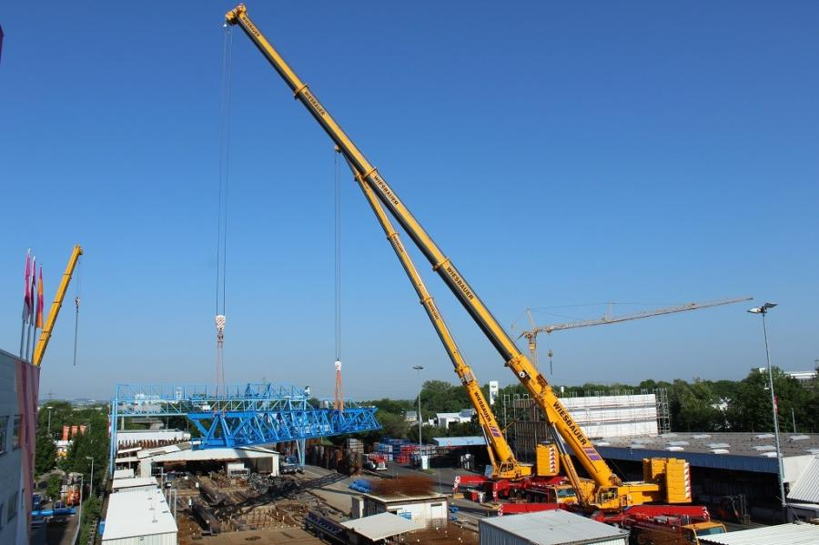 Due to the tight space conditions, there was only one single spot at the premises where the two cranes could be positioned next to each other for the tandem lift – and for one of the cranes, this meant being at a significant distance from the assembly position for the gantry crane.