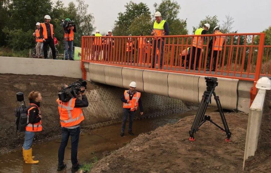Crews installed the bridge, which will support hundreds of travelling bicyclists every day, in the town of Gemert as part of the Noord-Om project, an extensive road construction endeavor run by the BAM Infra company.