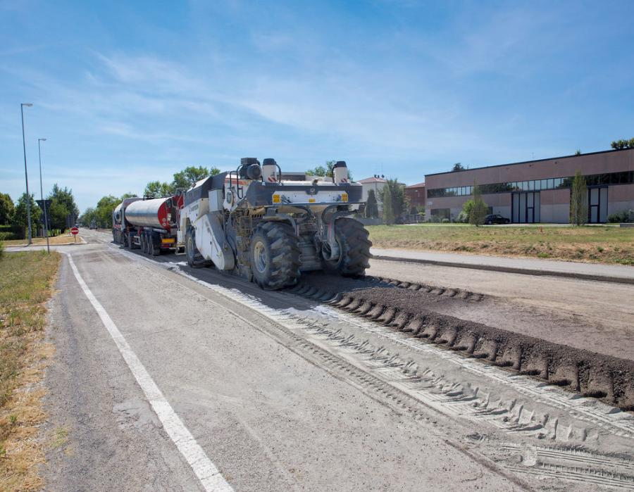 The entire damaged road surface and base course is reused. Once the Wirtgen WR 240/WR 240i has processed the recycled material in-place, it is leveled by a motorgrader and compacted with a roller. A paver subsequently lays down the new asphalt course.