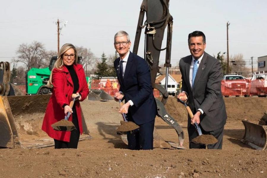 (L-R) Reno Mayor Hillary Schieve, Apple CEO Tim Cook and Governor Brian Sandoval at the groundbreaking ceremony.