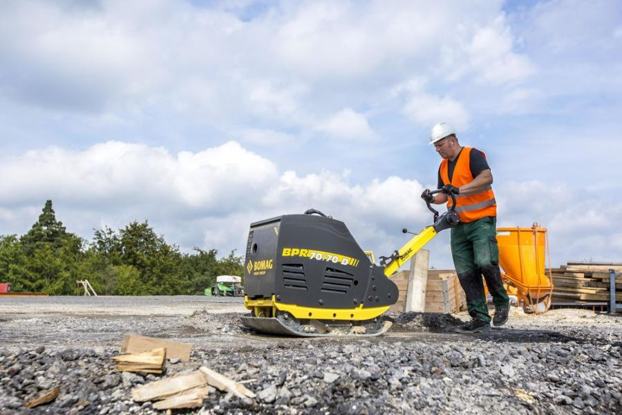Built with a heavy 1,279-lb. (580-kg) operating weight and high 15,7373-lb. (70-kN) centrifugal force, the heavy-duty BPR 70/70 D reversible plate compactor delivers high compaction performance on small and medium construction sites.