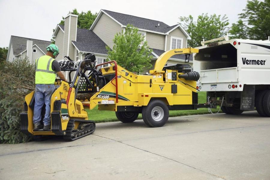 The Vermeer BC1500 gas brush chipper uses vertical feed rollers with helical cleats to help firmly hold material to the infeed table, helping reduce vibration, shock and structural loading toward the rear of the machine.