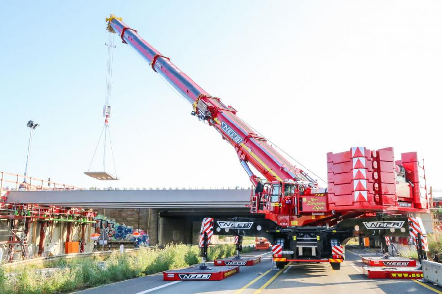 Crane service provider Neeb from Wuppertal chose a Demag AC 500-8 all terrain crane for the bridge expansion project. (Michael Bergmann photo)