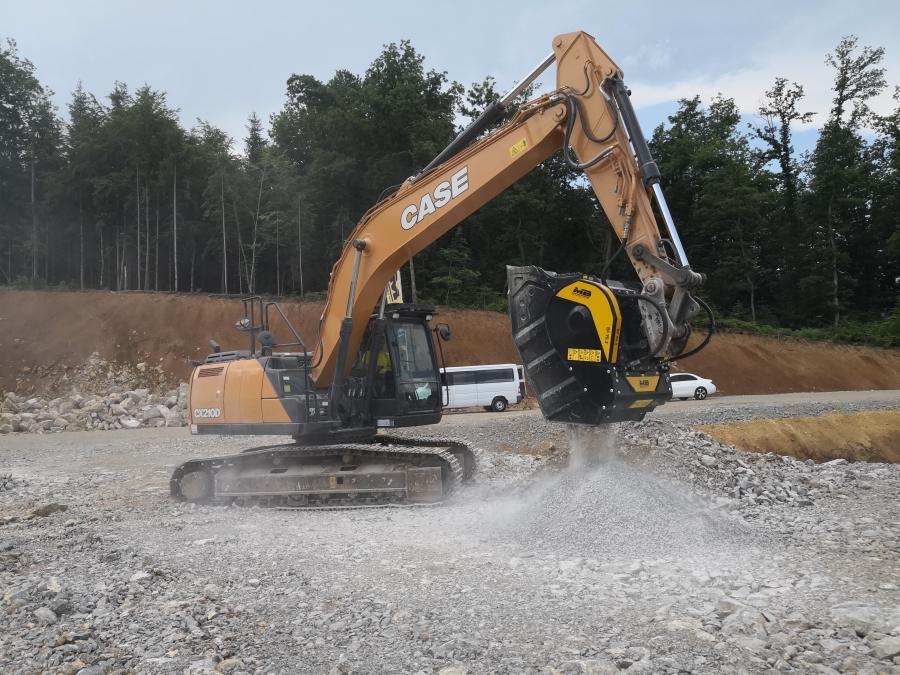 At the construction site of a new artisanal / industrial area, the BF90.3 crusher bucket is crushing the rock material accumulated during the leveling project of the 14-hectare area. In some photos, the bucket is set to 10 cm, in others to 3 cm. The material is thus easily reused in the same building site, the surplus is sold to third parties.