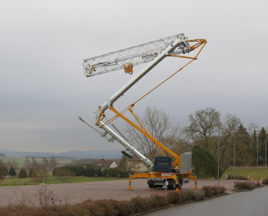 The Hup M 28-22 has a 91.8 ft. (28 m) jib and features 16 configurations, which is unique to this category of self-erecting cranes, enabling it to be easily adapted for a range of job site applications. The crane has a maximum capacity of 2.4 ton (2.2 t) and can lift 1,874 lbs. (850 kg) at its 92 ft. (28 m) jib end.