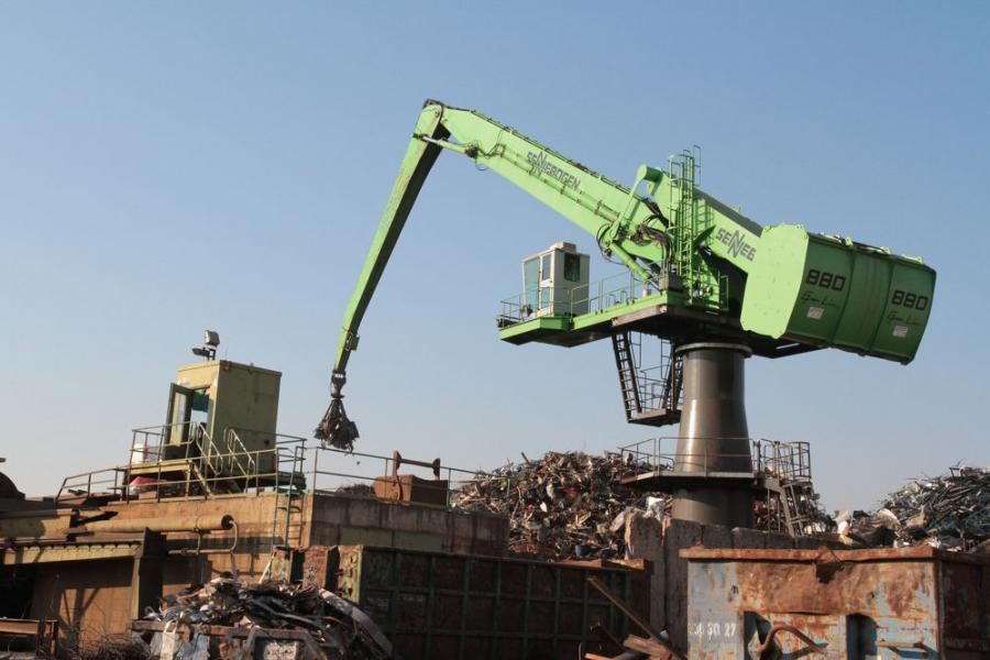 The 880 EQ and 835 mobile material handlers working harmoniously at Scholz Recycling in Dresden.