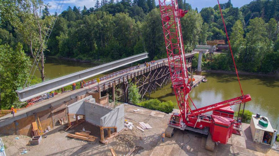 The MLC300 was positioned on a bulkhead built on the shore of the river. From there, the crane enabled Ceccanti to set shaft cages, position casings, place girders and all other construction support to take place without moving.