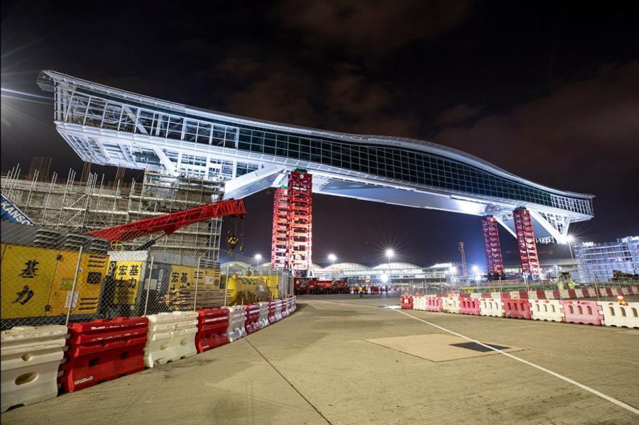 Mammoet installing the Sky Bridge for Hong Kong International Airport.