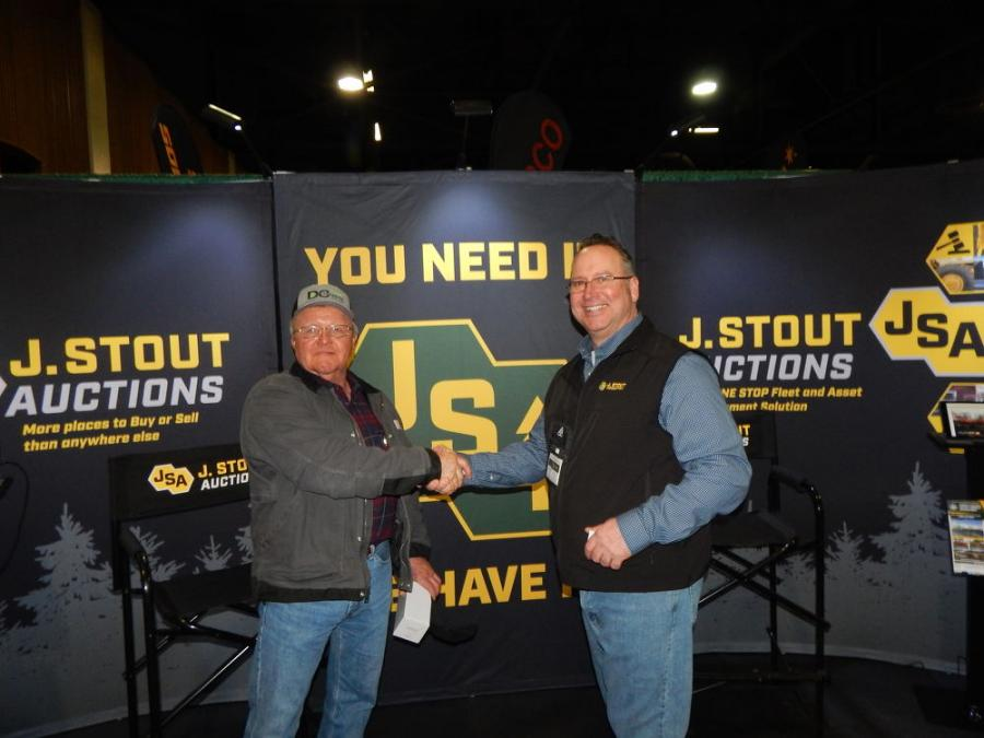 OLC attendee Richard Weaver (L), owner of Weaver Road Construction, Oakland, Ore., with J. Stout Auction VP of Sales Jim McNeal. J. Stout Auctions just relocated to its new headquarters in Washougal, Wash.