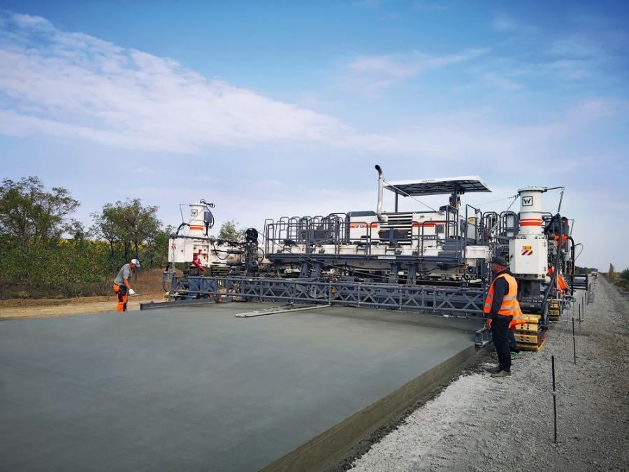The rugged design of Wirtgen's SP 124i / SP 124 slipform pavers delivers consistently high performance in concrete paving and high-precision paving results, even in difficult site conditions.