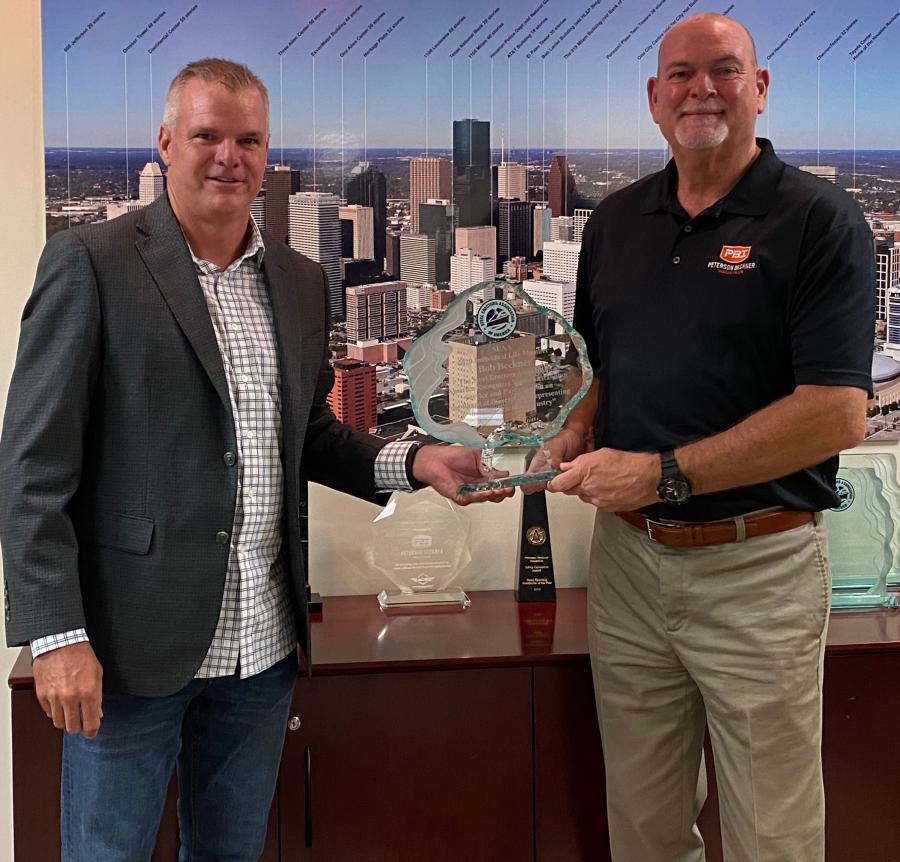 Bob Beckner (R), of Peterson-Beckner Industries, receives a Lifetime Achievement award from SEAA President Geoff Kress.