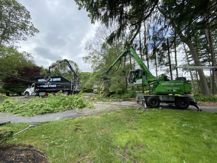 The 718 is ideal to feed the chipper all the dismantled trees.