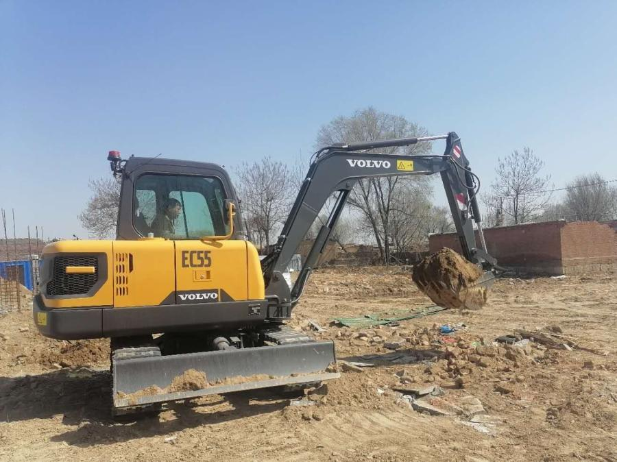 The Volvo EC55 Electric customer pilot excavator working at aluminum company Xinyuan's site in Liaocheng, Shandong Province.