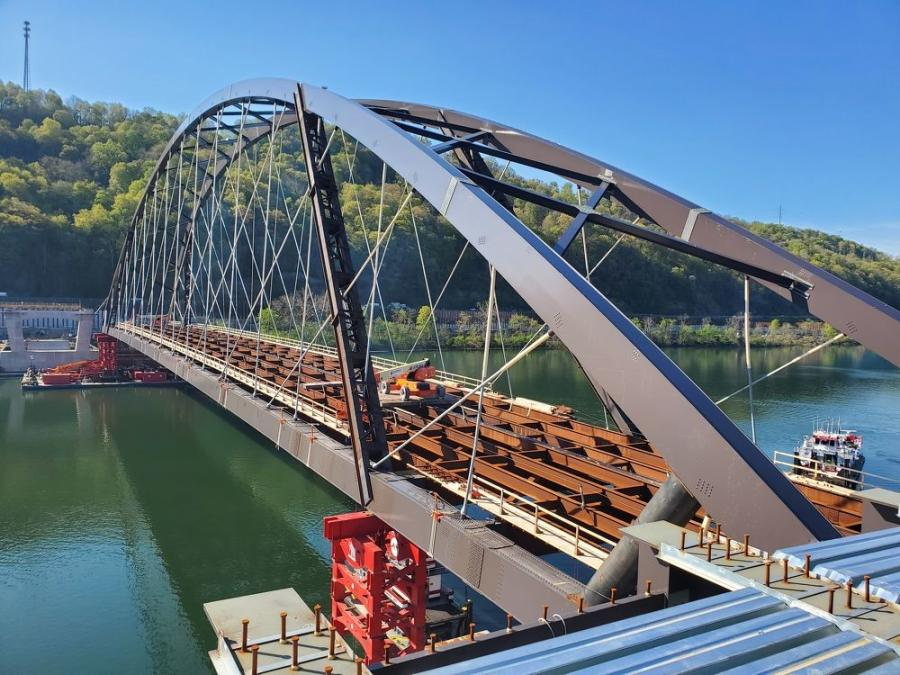 A pair of barges was used on each end of the bridge, with a total of four barges. Three tugboats were used to float the bridge down the river.