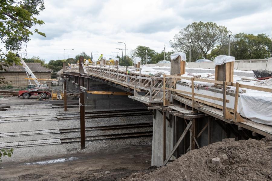 芝加哥工程计划包括16430万美元,以完成23座桥更换项目的资金;37座桥维修项目6620万美元;$ 1690万康复13次底层;和750万美元开始改善五个高架桥垂直清关的过程。