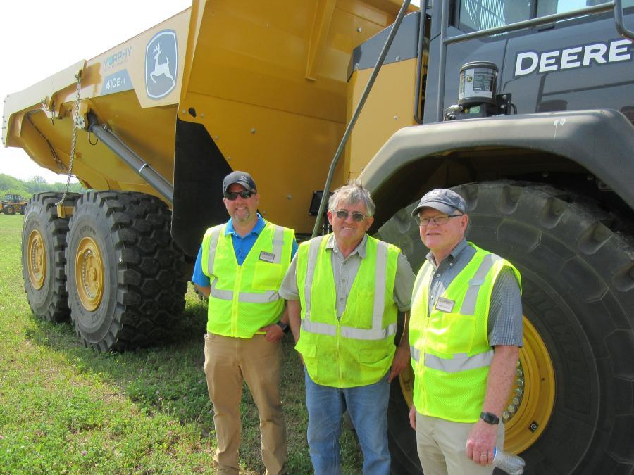 (L-R):Chris Mears,Murphy Tractor&Equipment Canton Branch Manager,讨论了这款John Deere 410E与海狸挖掘的杰夫斯特林和墨菲拖拉机和设备的Mike Slinger的铰接式自卸车。
